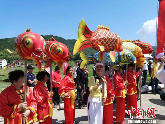 游客参与活动 周禹龙 摄