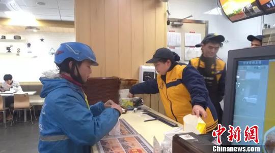"""县城里的外卖""""单王"""":年出勤363天送出近3万单"""