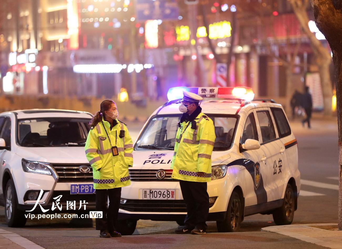 2月12日,晚8点下班后,杨婷会赶到齐胜波的防疫检查点,等他下班后,一起回家。