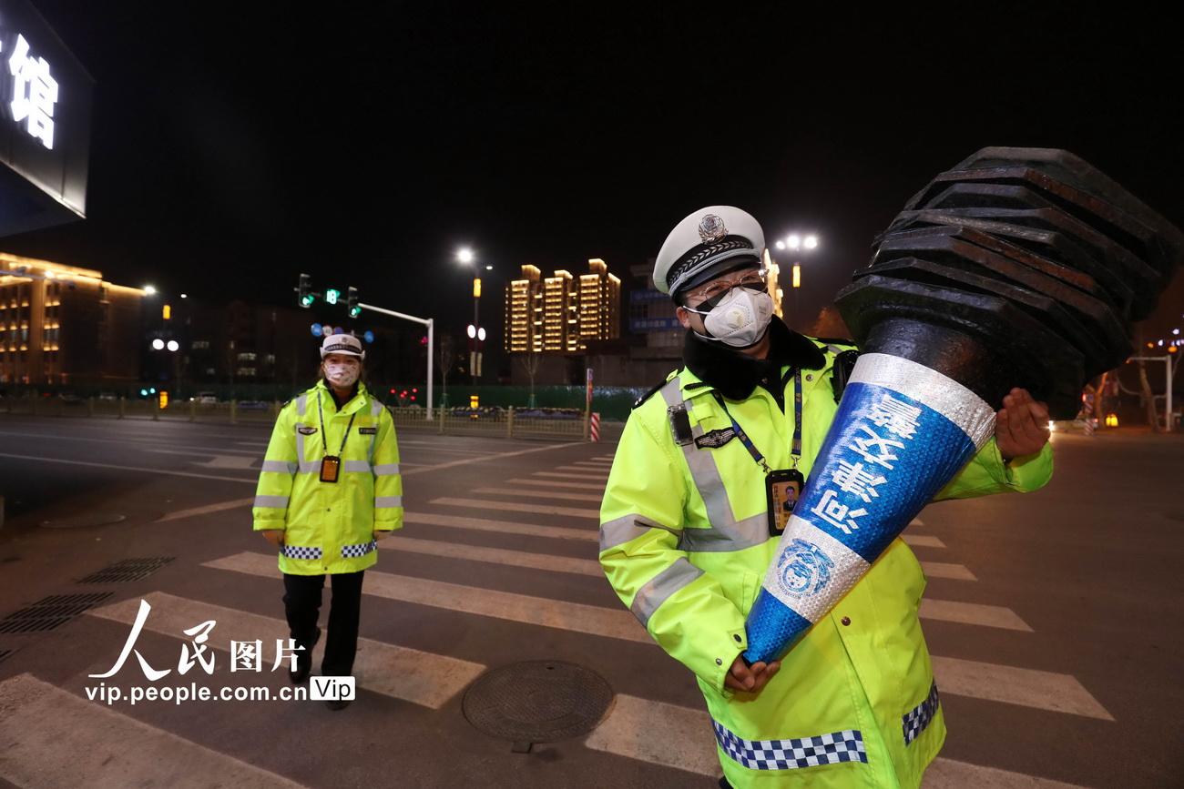 2月12日,晚八点后,齐胜波收拾好隔离墩,准备与杨婷回家。