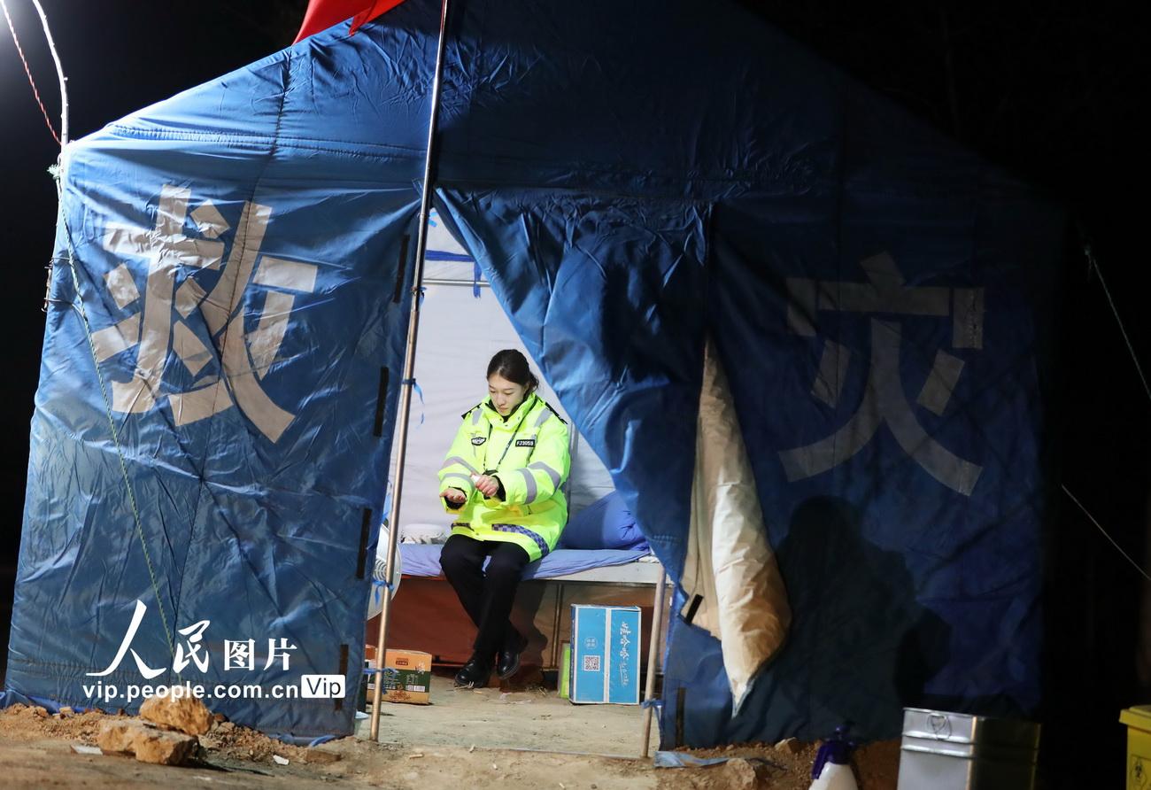 2月12日,换班时,杨婷在救灾帐篷,为自己双手喷洒消毒液。
